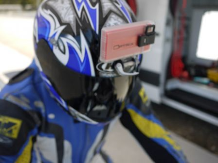 iPhone accroché sur le casque d'un motard